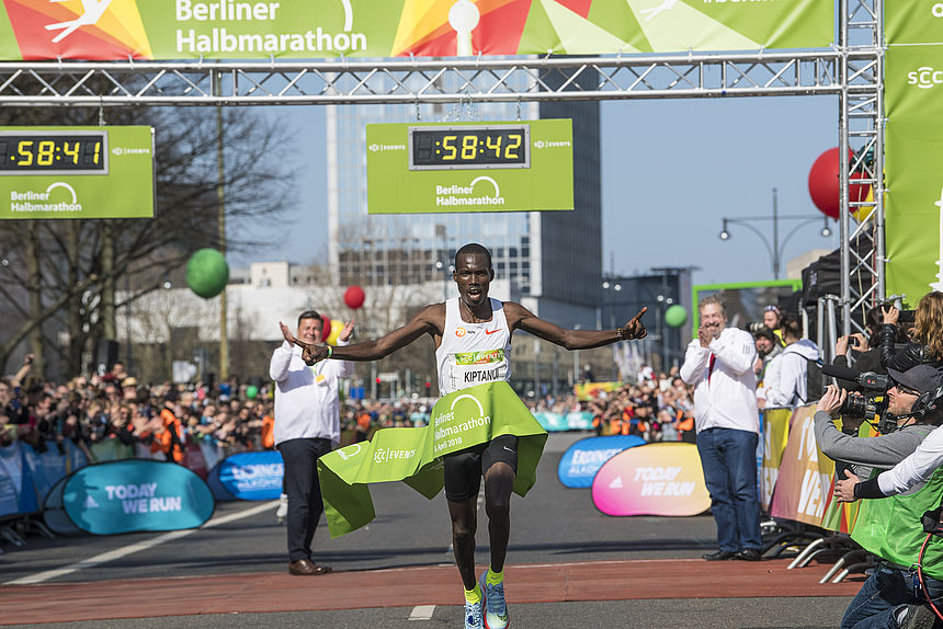 Kenyan Eric Kitanui wins the Berlin Half Marathon 2018
